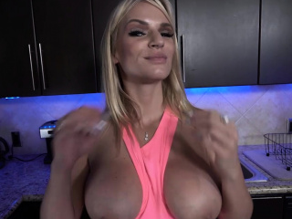 Quicky sex in a kitchen between MILF stepmom and guy