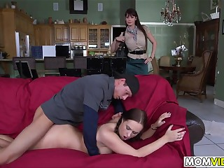 La belle-mère Eva Karera surprend Holly Hudson en train de se faire baiser